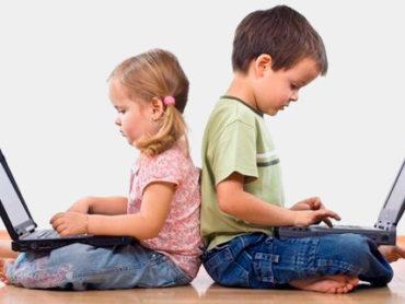 """I consigli dei pediatri: mamme e papà, occhio al """"cyber-spazio"""""""