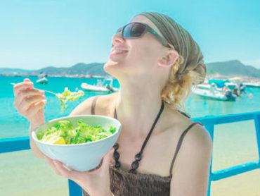 Sfiziose insalate di cereali, il cibo giusto da portare in spiaggia