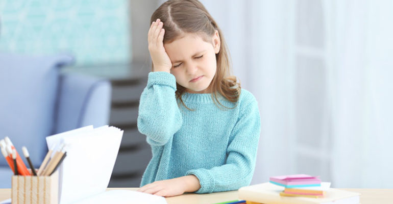 Emicrania infantile: non sempre dipende da certi cibi, ma peggiora con l'obesità
